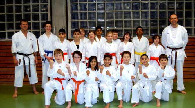 Die Karatesportler von Tura bilden eine starke Gemeinschaft mit Gast-Trainer Rolf-Peter Henschel (links) und Trainer Tobias Nickel. Foto & Artikel: Ekkehard Lenz